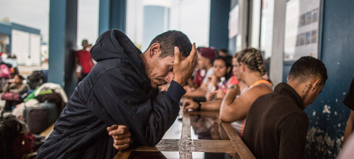 Cientos de venezolanos hacen cola en el Centro Binacional Integrado de Atención de Frontera esperan a entrar a Perú a través de la frontera con Ecuador. Las gente espera en filas, como la de esta foto de mayo de 2018, hasta 10 horas.