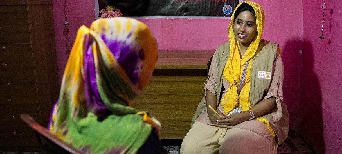 2018年7月1日,在孟加拉国考克斯巴扎的罗兴亚难民营里,一位工作人员朱莉正在女性友好空间为一名妇女提供咨询服务。