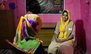 Julie akimpatia ushauri nasaha, mwanamke mmoja kwenye moja ya vituo rafiki kwa wanawake vilivyojengwa na UNFPA kwenye kambi ya wakimbizi warohingya huko Cox's Bazar nchini Bangladesh