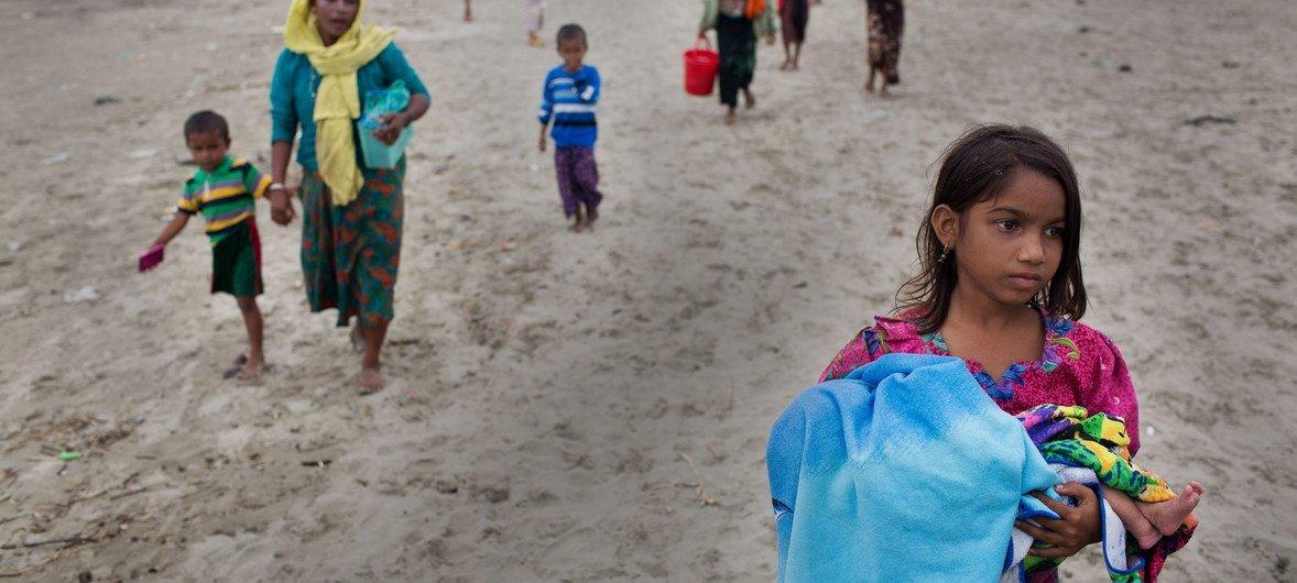 Более половины беженцев-рохинджа, проживающих в лагерях в Кокс-базаре - женщины и девочки