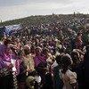 """成千上万的罗兴亚难民在孟加拉国考克斯巴扎难民营的一个物资分发点排队领取援助物资。2017年8月,缅甸政府军以警察哨所遭到袭击为由向居住在该国西部若开邦的罗兴亚人发起""""清剿行动"""",导致72万罗兴亚人逃往邻国孟加拉国,形成了当今世界演变速度最快的难民危机。"""