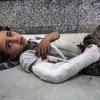 Un niño espera tendido en el piso de la sala de emergencias a que le atiendan en el hospital Al Joumhouri, en Saná, Yemen.