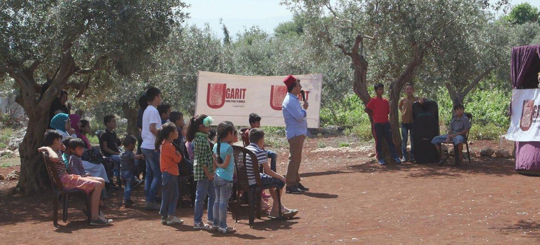 اللاجئ السوري جاسم، 28 عاما، يستخدم الدمى لتعريف الأطفال السوريين في شمال لبنان بثقافة وتقاليد بلدهم.