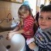 乌克兰顿涅茨克地区一所学校里,孩子们正在食堂里洗手。