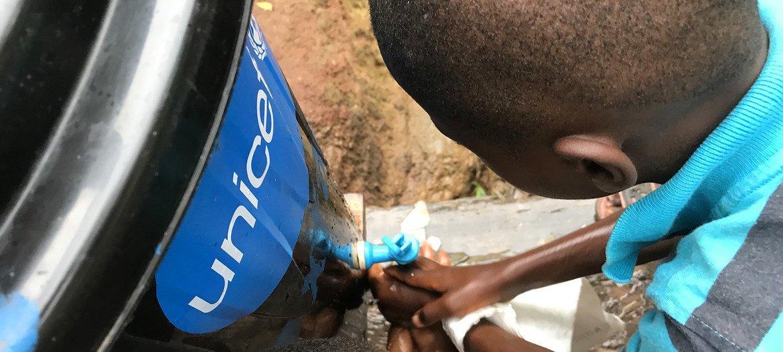 En République démocratique du Congo, des enfants en certains endroits doivent se laver les mains avant d'entrer à l'école.