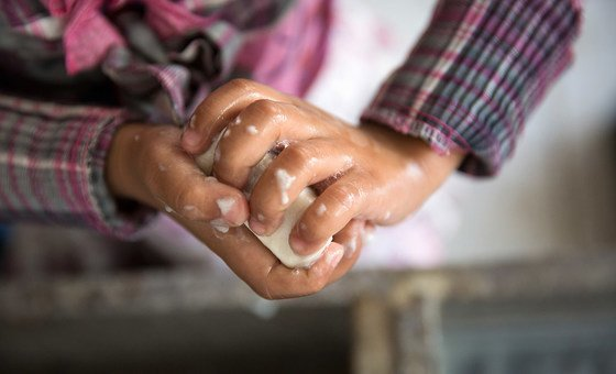 Lavar bem as mãos é um os cuidados que as pessoas devem tomar para evitar a contaminação.
