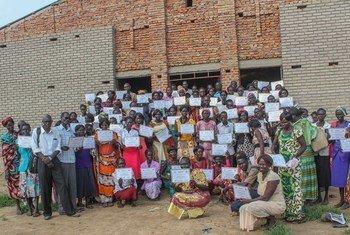 Wanawake waliohitimu mafunzo ya lugha ya kingereza yaliyotolewa na IOM, Abyei
