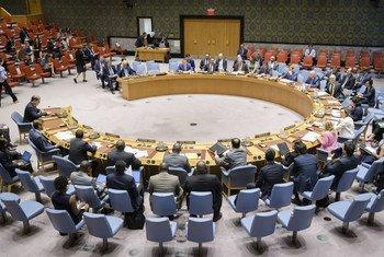 صورة لمجلس الأمن خلال تقديم جون غينغ (على الطاولة)، مدير شعبة العمليات في مكتب الأمم المتحدة لتنسيق الشؤون الإنسانية إحاطة لأعضاء المجلس عن الوضع الإنساني في سوريا.