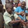 Les enfants apprennent à bien se laver les mains pour empêcher la propagation du virus Ebola près de Mangina, au Nord-Kivu, en République démocratique du Congo.