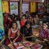 बांग्लादेश के एक शरणार्थी शिविर में कुछ बच्चे अनौपचारिक शिक्षा हासिल करते हुए
