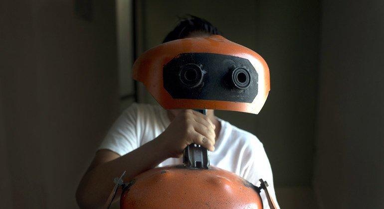 Kevin ayudó a su hermano Jason a construir este robot como el WALL-E de la película de Disney Pixar. Los hermanos se están integrando en su nueva escuela de México donde han obtenido asilo tras huir de la violencia en Guatemala.