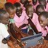 """Unos estudiantes en el campo de refugiados de Kakuma en Kenya usan las tabletas del proyecto """"Instant Network Schools (INS), de ACNUR y la Fundación Vodafone"""