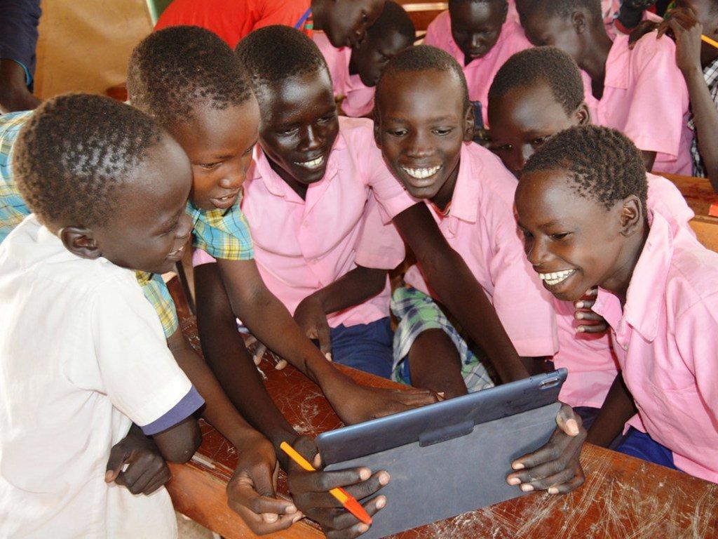 Wanafunzi wakitumia kompyuta mpakato katika mraddi wa shule wa (INS) kwenye kambi ya wakimbizi ya Kakuma nchini Kenya. Mradi wa INS ni wa ushirikiano baina ya UNHCR na wakfu wa Vodafone.