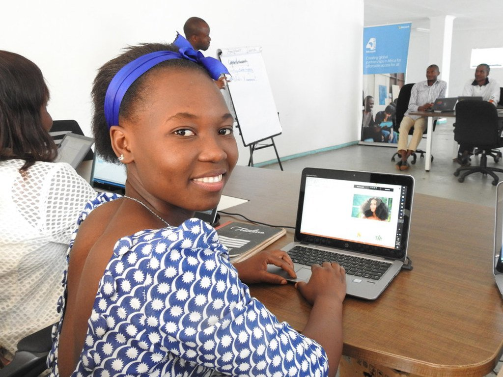 Mkimbizi kutoka DRC, Henriette Kiwele kiyambi akiandaa apu yake ya urembo katika karakana ya kuandaa apu kwenye kambi  ya wakimbizi ya Dzeleka nchini Malawi, ikiwa ni sehemu ya mradi wa kuunganisha wakimbizi na intaneti unaofadhiliwa na UNHCR na Microsoft