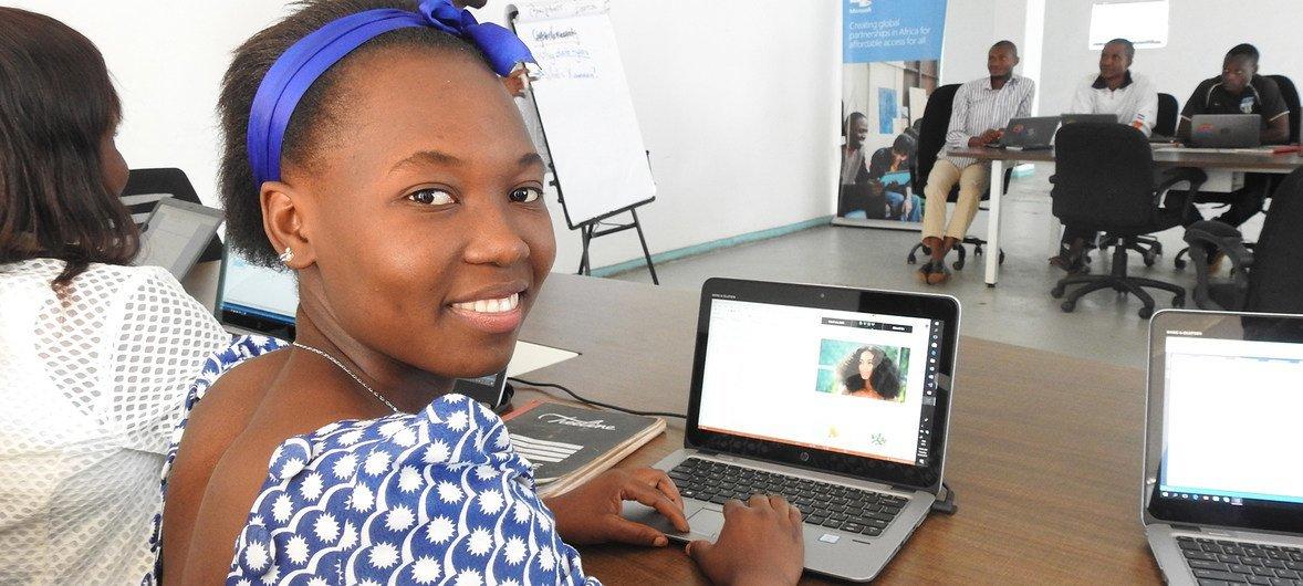 Refugiada do Congo, Henriette Kiwele Kiyambi vive em um assentamento do Mali, onde beneficia de um apoio do Acnur para sua educação