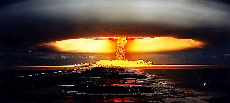 تجربة نووية أجريت في جزيرة بولينيزيا الفرنسية في عام 1971.