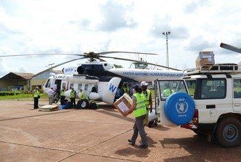 Un hélicoptère et un véhicule du PAM participent à la riposte au virus Ebola en RDC en apportant une aide humanitaire alimentaire et logistique (photo d'archive: mai 2018).