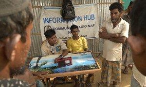 يعمل عبد الله، لاجئ روهينجي يبلغ من العمر 18 عاما مراسلا لراديو ناف وهي محطة إذاعية مجتمعية في بنغلاديش.