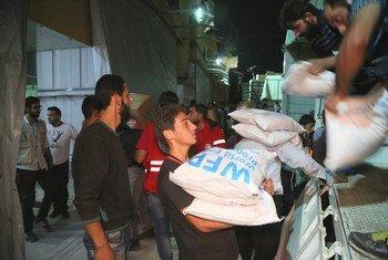 Sur cette photo d'archives, le PAM fournit une aide d'urgence dans les zones rurales d'Idlib. Alors qu'une offensive gouvernementale se profile, l'ONU met en garde contre une éventuelle catastrophe humanitaire.