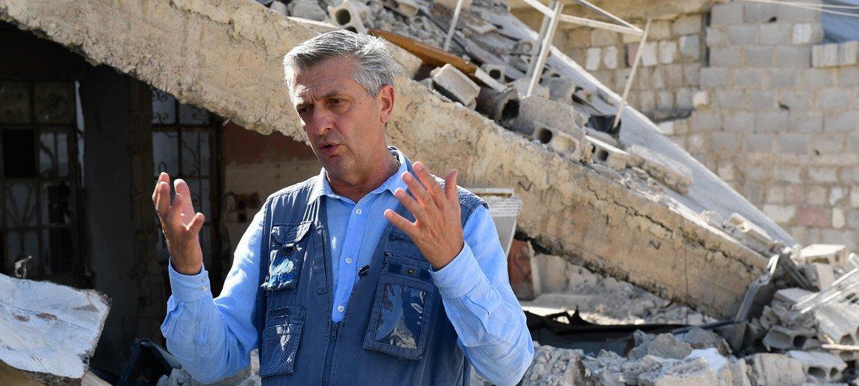联合国难民事务高级专员格兰迪站在叙利亚杜马市被毁建筑前。