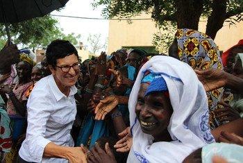UN Deputy Emergency Relief Coordinator Ursula Mueller meets women in Mopti during her visit to Mali.