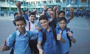 """2018年8月,近东救济工程处学校""""学生议会""""的主席卡利姆与朋友们一起重返课堂。"""