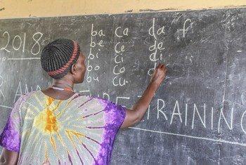Mmoja wa wanafunzi wanaoshiriki mafunzo ya lugha ya kiingereza Abyei.