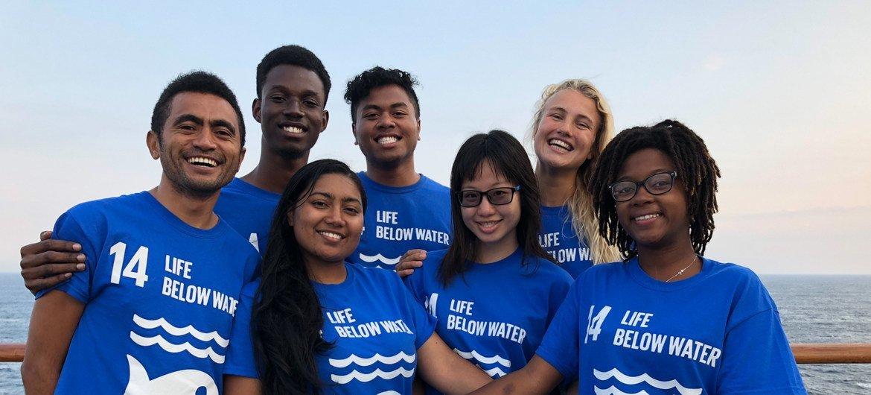 مجموعة من القادة الشباب على متن قارب السلام في ستوكهولم بالسويد، لإطلاق النسخة الثانية من برنامج شباب المحيط وسفراء المناخ.