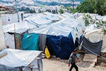 Des tentes abritant des familles de réfugiés s'étendent sur la colline au centre de réception et d'identification de Vathy (RIC) sur l'île de Samos, en Grèce.