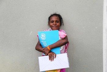 Los niños que tuvieron que ser evacuados en Barbuda durante los huracanes de 2017 recibieron materiales educativos de UNICEF
