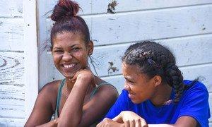 कैरीबियाई देश डॉमीनिका की कुछ युवा महिलाएँ