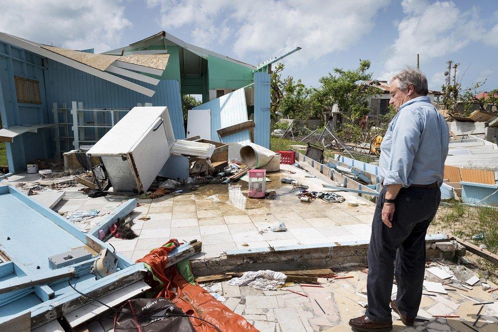 Le Secrétaire général de l'ONU, António Guterres, examine les dégâts causés à Barbuda par deux ouragans de catégorie 5 qui ont balayé les Caraïbes en septembre 2017.
