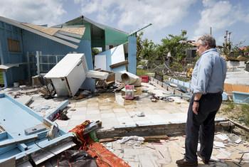 الأمين العام أنطونيو غوتيريش يعاين الدمار في بربودا الناجم عن إعصارين من الفئة 5 اجتاحا منطقة البحر الكاريبي في سبتمبر 2017.