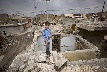 """在极端组织""""伊黎伊斯兰国""""的袭击冲突中,这名小男孩阿里家的房屋倒塌,他在废墟中被困了五个小时。2018年春,他和家人重新返回了位于解放后的摩苏尔西部的家。"""