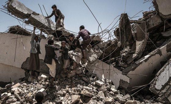 Дети играют на руинах школы, разрушенной в ходе бомбардировок в Йемене
