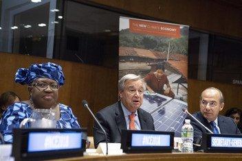 من اليسار إلى اليمين: نجوزي أوكونجو - إيويالا، الرئيسة المشاركة للجنة العالمية المعنية بالاقتصاد والمناخ، الأمين العام للأمم المتحدة أنطونيو غوتيريش وفيليبي كالديرون هينوخوسا، الرئيس الفخري للجنة العالمية المعنية بالاقتصاد والمناخ، خلال إطلاق تقرير اللجنة العالمية لعام 2018 في مقر الأمم المتحدة في نيويورك، في 5 سبتمبر 2018.