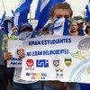 """Manifestante na Nicarágua segura cartaz dizendo """"eles eram estudantes, não criminosos"""""""