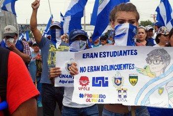 """Una manifestante porta una pancarta en la que se lee """"Eran estudiantes, no delincuentes"""" en una de las marchas de protesta en Managua, Nicaragua, en julio de 2018."""