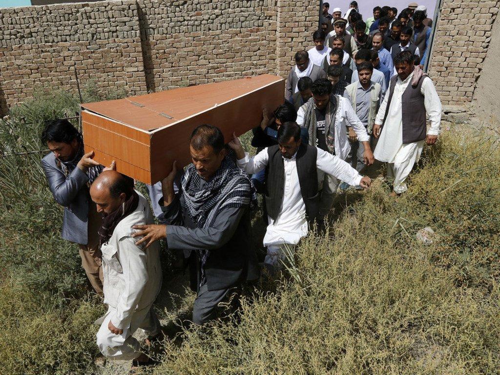 阿富汗首都喀布尔,在爆炸中丧生的一名黎明电视台记者葬礼现场。