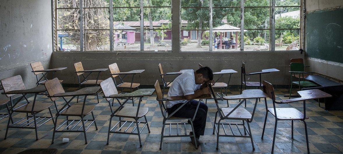 En Villanueva, Honduras, Darwin, de 16 años, se sienta en la clase que compartía con su amigo Henry. Henry se suicidó en septiembre de 2016. Según la profesora, los dos amigos habían sido acosados.