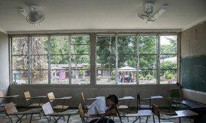 En Villanueva, Honduras, Darwin, de 16 años, se sienta en la clase que compartía con su amigo Henry. Henry se suicidó en septiembre de 2016. Según la profesora, los dos amigos habían sido acosados
