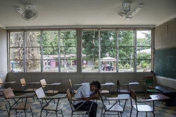 À Villanueva, au Honduras, Darwin, 16 ans, est assis dans la salle de classe qu'il a partagé avec son ami Henry. Henry s'est suicidé en septembre 2016.