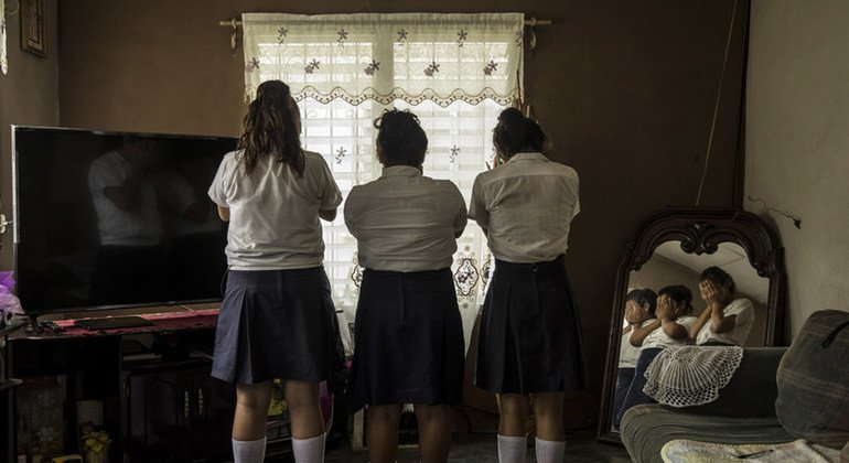 Tres chicas de Progreso, Yoro, Honduras, de 13 y 14 años, son víctimas de acoso en su escuela. La persona responsable es un estudiante de 15 años que trabaja con una red que capta a chicas jóvenes para que trabajen como prostitutas.