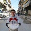 (من الأرشيف) برنامج الأغذية العالمي يقوم بتوزيع مساعدات غذائية في سوريا.