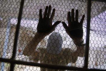 Paciente de saúde mental no Centro Médico JFK, na Monrovia, na Libéria.
