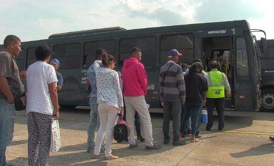 Refugiados venezuelanos chegando a Manaus, no Brasil.
