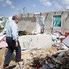 António Guterres camina por un barrio destruido por dos huracanes en la ciudad de Codrington, en Antigua y Barbuda. Foto de archivo