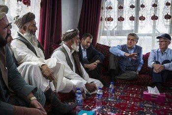 A Kaboul, le Haut-Commissaire aux réfugiés Filippo Grandi (2e à partir de la droite) et le chef de l'humanitaire de l'ONU Mark Lowcock rencontrent des Afghans.