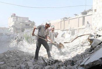 叙利亚东古塔地区杜马镇的居民开始清理房屋周围的碎石瓦砾。