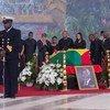 2018年9月13日,前任联合国秘书长科菲·安南的遗孀娜内•安南在家人的陪伴下,在加纳首都阿克拉向她已故的丈夫致以最后的敬意。
